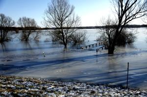 Überschwemmte Brücke im Eis