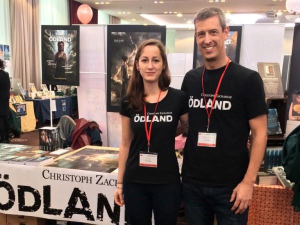 19-11-28 Clara & Zac vor Stand BEARB